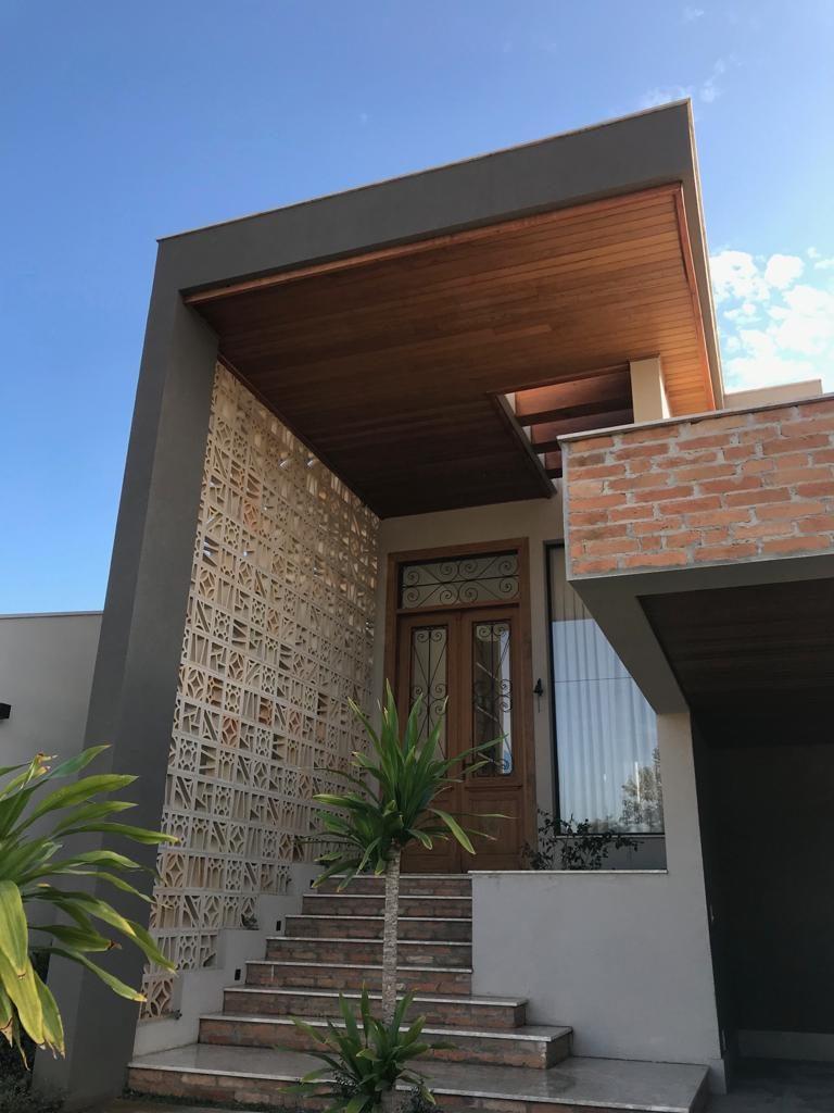 Fachada residencial com elementos rústicos